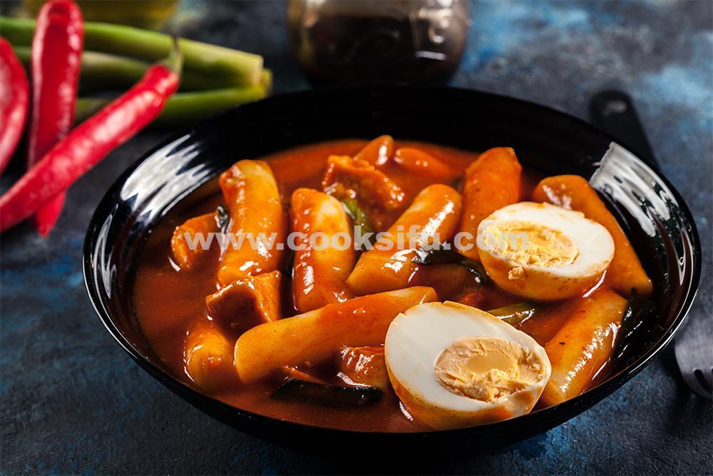 Tteokbokki (Spicy Stir-fried Rice Cake)